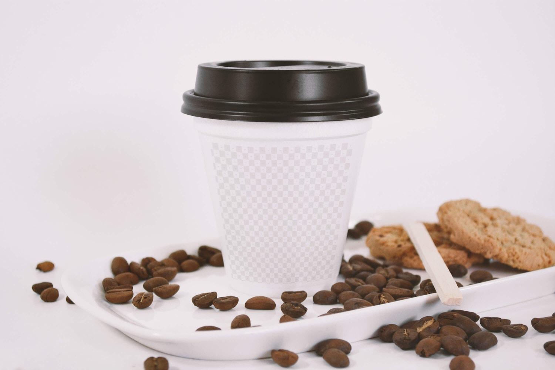 Sealed Coffee Cup Mockup With Cookies (2) por Eduardo Mejia en Original Mockups