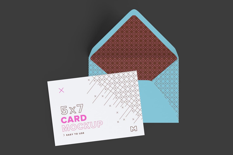 Maqueta de un sobre tamaño A7 con solapa abierta, trazador de líneas y tarjeta de invitación (3) por Original Mockups en Original Mockups