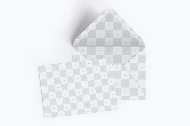 Maqueta de un sobre tamaño A7 con solapa abierta, trazador de líneas y tarjeta de invitación (4) por Original Mockups en Original Mockups