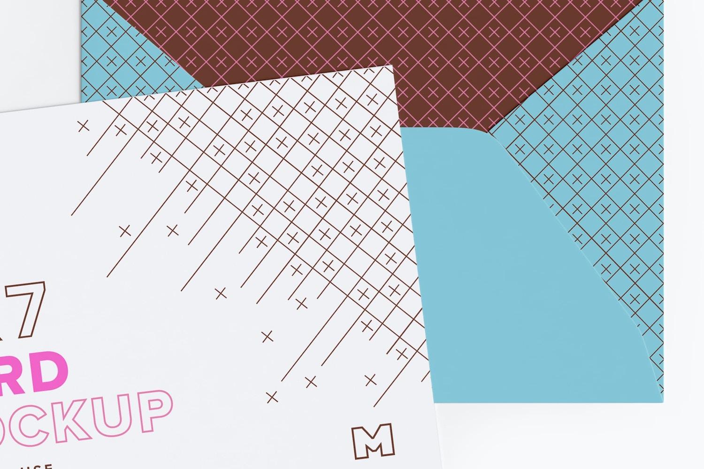 Maqueta de un sobre tamaño A7 con solapa abierta, trazador de líneas y tarjeta de invitación (2) por Original Mockups en Original Mockups