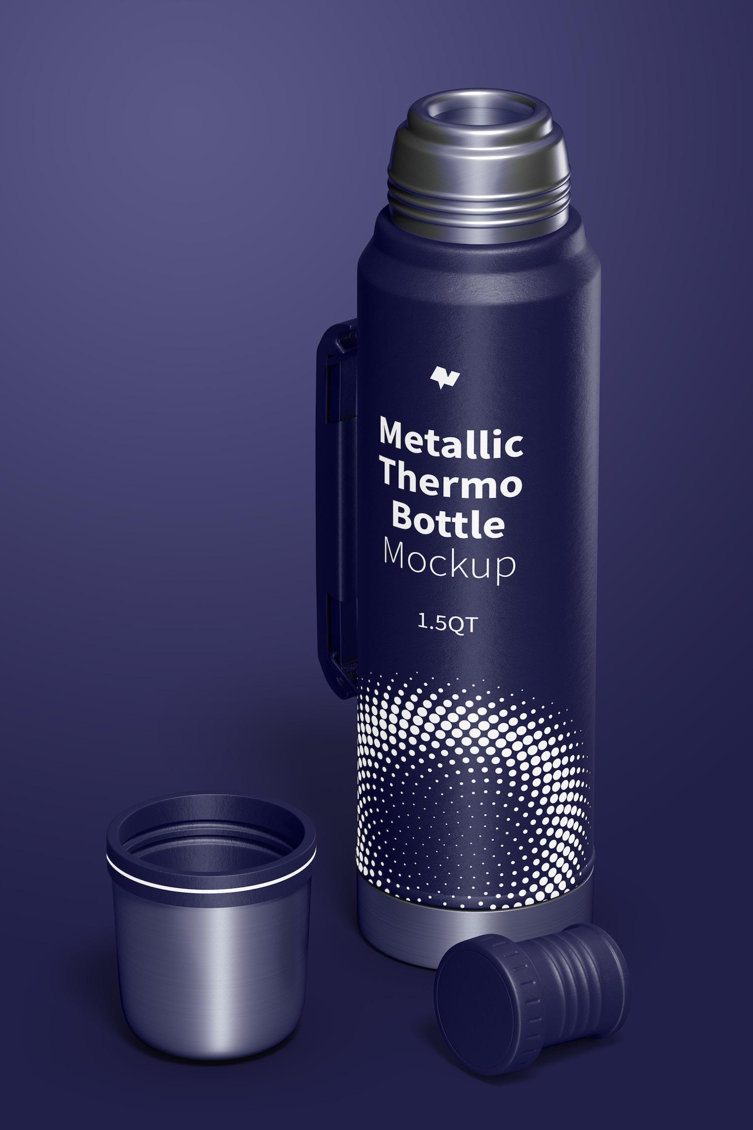 La botella metálica tiene una reflexion de luz realista.